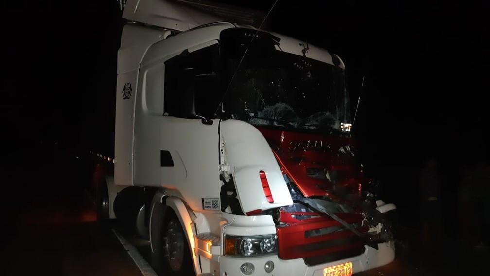 Acidente aconteceu entre duas carretas e BMW — Foto: Polícia Rodoviária Federal