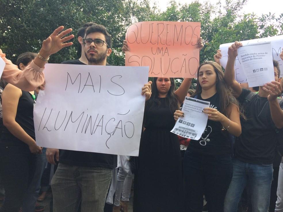 Manifestação contra a insegurança em frente ao Hucam, em Vitória (Foto: Kaique Dias/CBN Vitória)