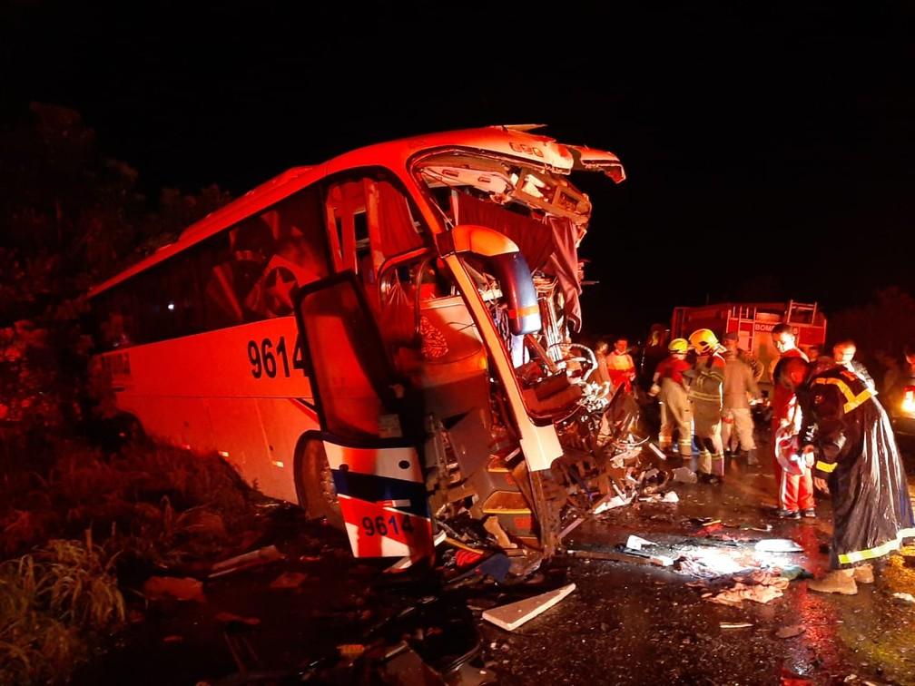 Bombeiros atuam no resgaste de vítimas do acidente entre ônibus e caminhão na BR-364, em Rondônia — Foto: Rômulo Azevedo/Arquivo Pessoal