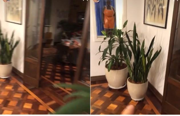 A sala dividida em dois ambientes. O apresentador tem plantas espalhadas pelo imóvel, além de peças de arte compradas em viagens (Foto: Reprodução)