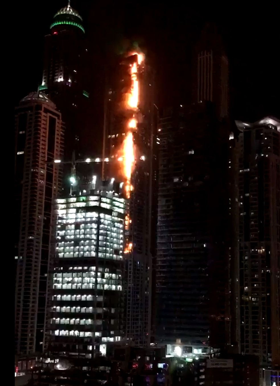 Edifício Torch Tower pega fogo em Dubai (Foto: Reprodução/Twitter/Dalia Kaki)