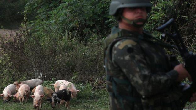 Intervenções militares como solução para conter a segurança pública precisam ser melhor debatidas, segundo especialistas (Foto: Reuters via BBC News Brasil)