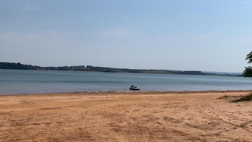 Barco virou na represa de Jurumirim, em Avaré — Foto: Beatriz Buosi/TV TEM