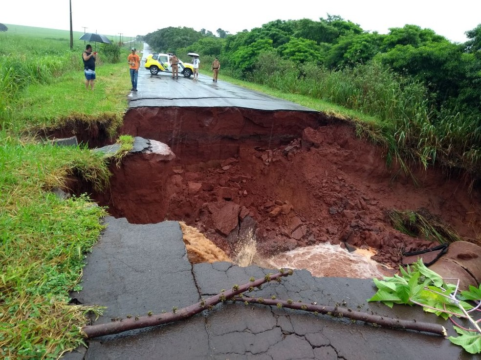 Após asfalto ceder, PR-482 é totalmente interditada em Tapira, no noroeste do Paraná (Foto: Polícia Rodoviária Estadual/Divulgação)