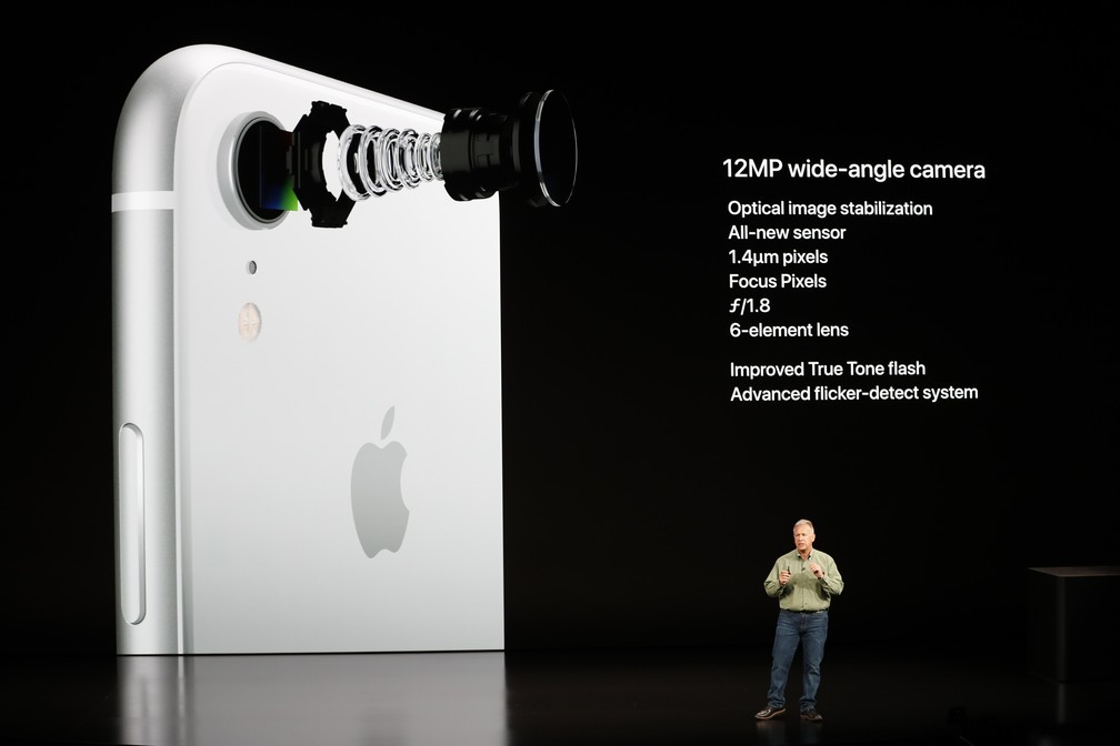 iPhone XR tem câmera traseira com 12 megapixels — Foto: Stephen Lam/Reuters