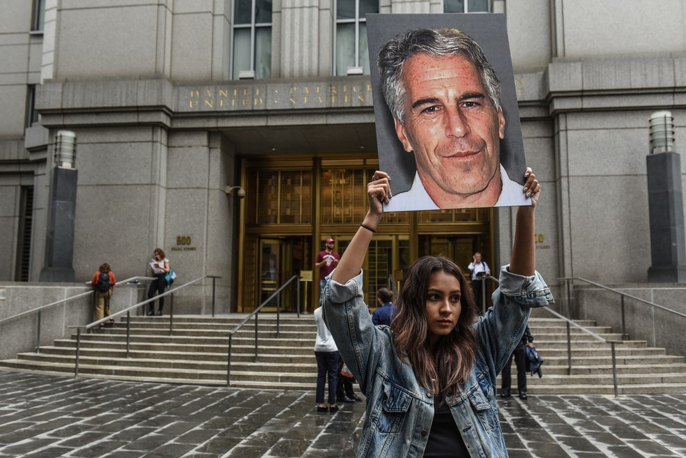 Manifestante protesta contra Jeffrey Epstein nesta segunda-feira (8), em Nova York. — Foto: Stephanie Keith / Getty Images North America /AFP