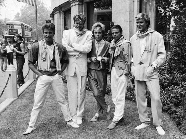 British pop group Duran Duran smile and laugh while posing on a lawn, England, c. 1983. L-R: Brothers Roger and John Taylor, Nick Rhodes, Andy Taylor (unrelated) and Simon Le Bon. (Photo by Express Newspapers/Getty Images) (Foto: Getty Images)