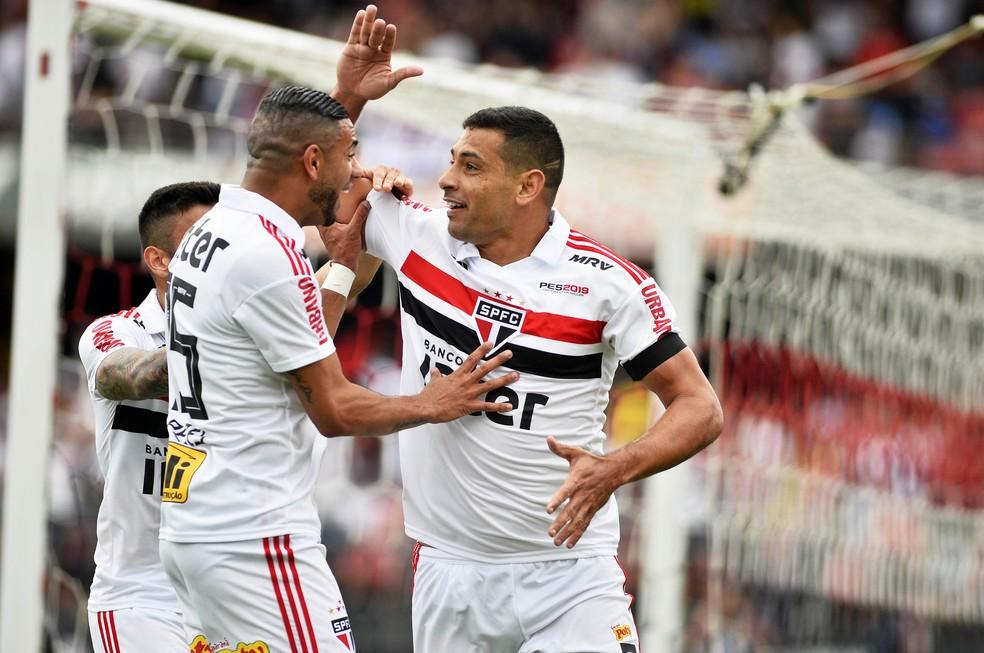 Diego Souza, do São Paulo, comemora gol marcado contra o Flamengo — Foto: Marcos Ribolli
