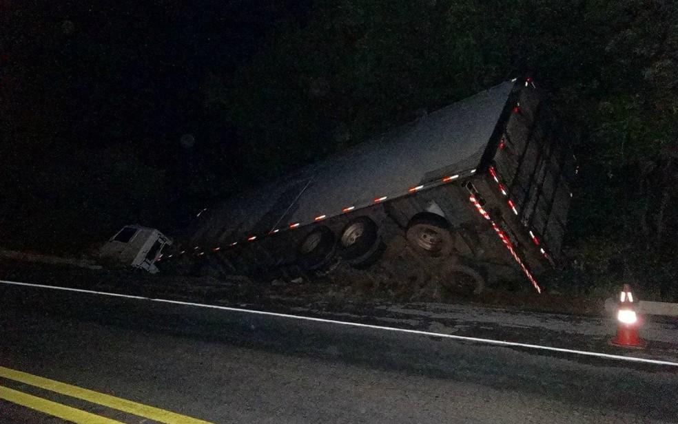 Segundo a PRF, motorista do caminhão perdeu controle da direção após desviar de veículo que vinha no sentido contrário (Foto: Blog Sigi Vilares)