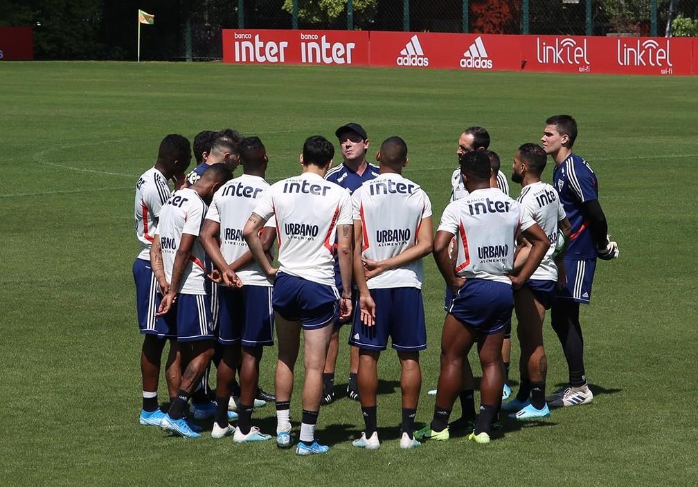 Fernando Diniz reúne elenco do São Paulo no CT: técnico terá quatro semanas cheias até fim do ano — Foto: Rubens Chiri/saopaulofc.net