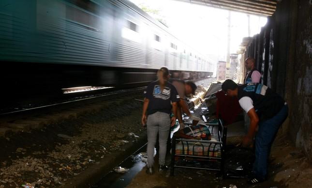 Em outubro de 2012, ação da Secretaria municipal de Assistência Social retira usuários de crack do leito da linha férrea, em Madureira