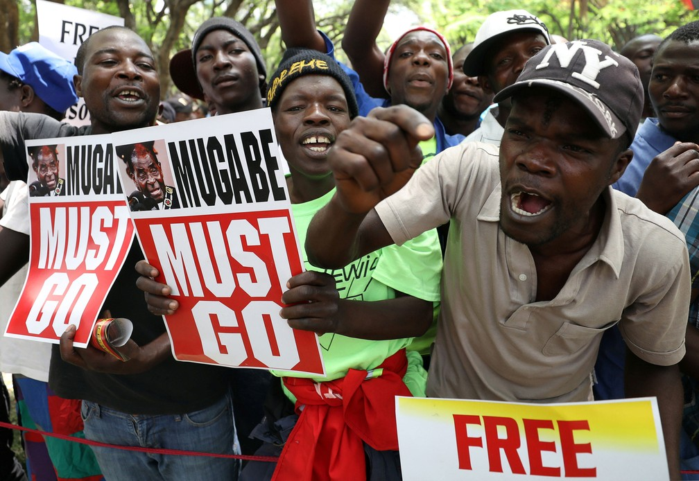 Manifestantes protestam contra o presidente do Zimbábue, Robert Mugabe — Foto: Mike Hutchings/ Reuters