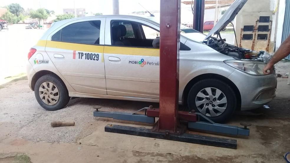 Casal tentava vender em Picos, no Piauí, as peças de taxi roubado em Petrolina, no Pernambuco — Foto: Polícia Militar