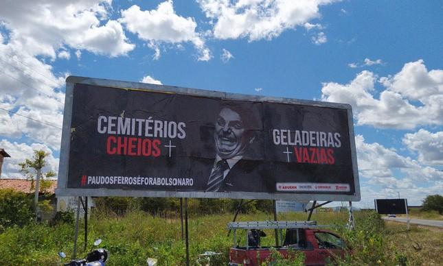 Outodoor crítico a Bolsonaro em Pau dos Ferros (RN)