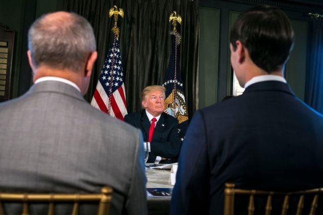 Trump fala com repórteres em seu clube de golf em Bedminster, Nova Jersey (Foto: AI Drago / The New York Times)