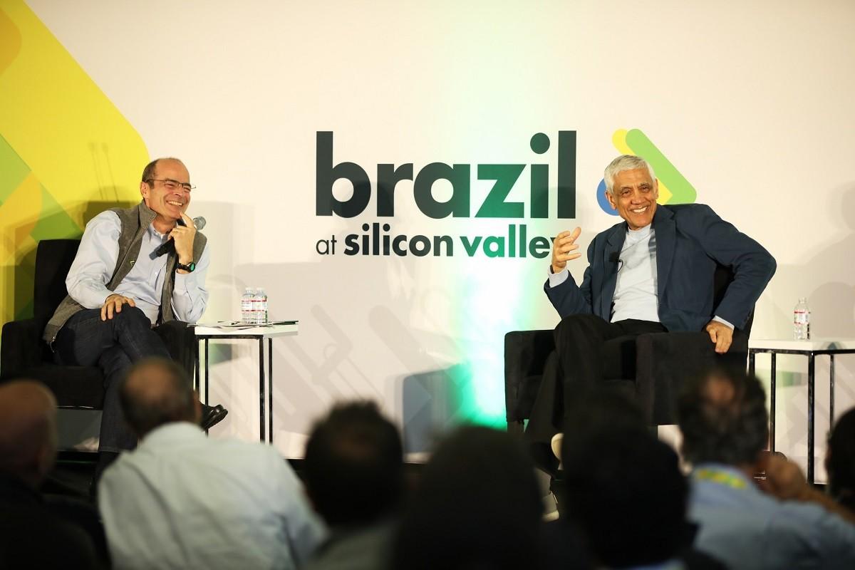 Carlos Britto (esquerda) e Vinod Khosla, cofundador da Sun Microsystems e fundador da Khosla Ventures, no evento Brazil at Silicon Valley (Foto: Divulgação)
