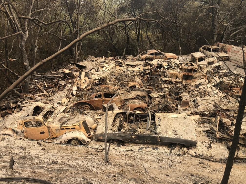 Carros antigos, parte de uma coleção, são vistos em área devastada por incêndios florestais neste domingo (29) perto de Redding, na Califórnia (Foto: Gianrigo Marletta/AFP)