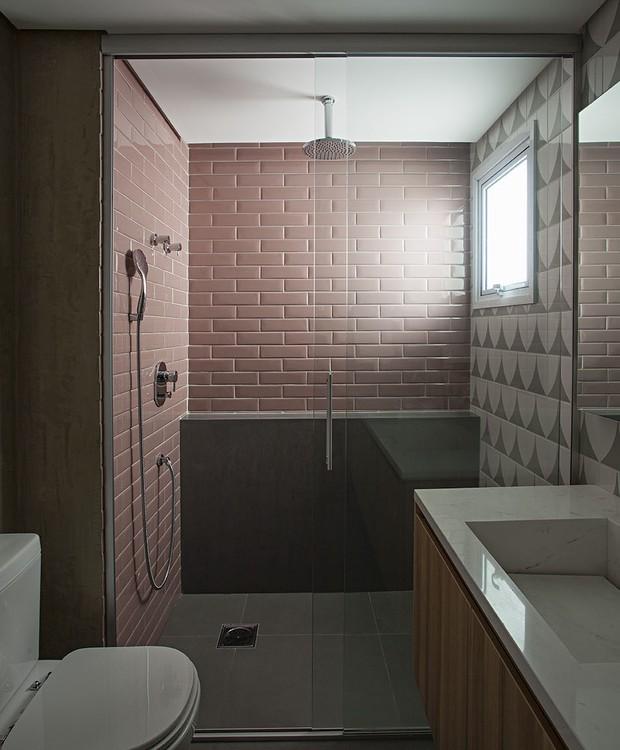 Um tom suave de rosa colore o banheiro da suíte na forma de azulejos retangulares, como os utilizados nos metrôs europeus (Foto: Gui Morelli/Divulgação Produção: Núria Uliana)