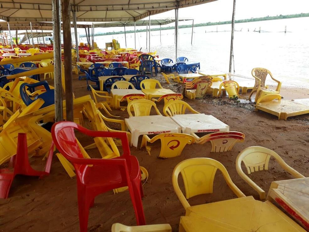 Enxurrada atingiu área onde ficam as mesas (Foto: Divulgação)