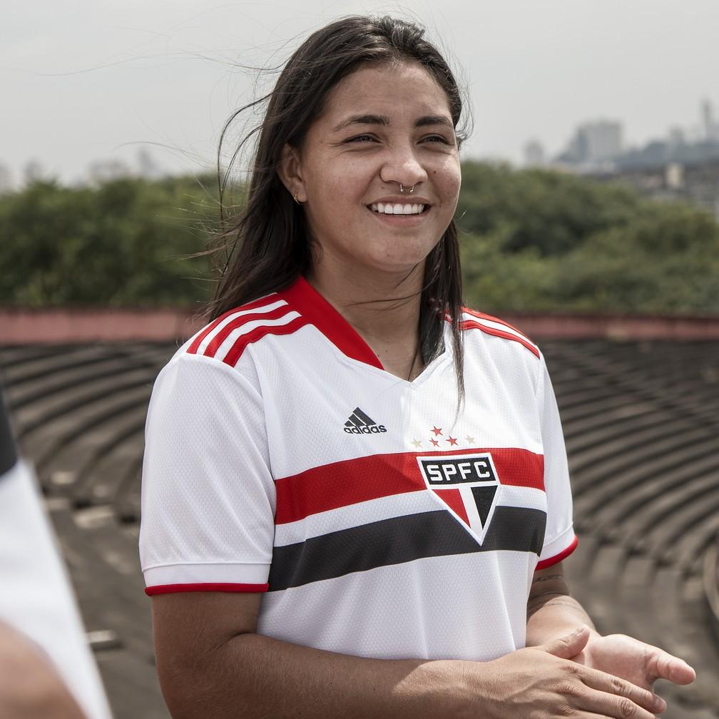 Micaelly com a nova camisa do São Paulo — Foto: Thiago Mancini