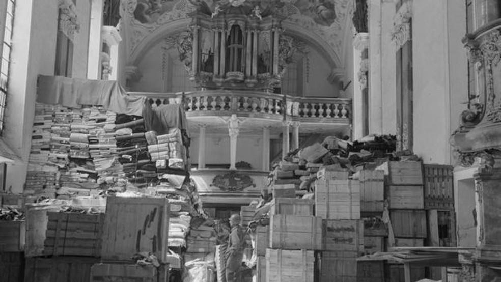 Saques alemães armazenados na igreja em Ellingen, Alemanha, encontrada por tropas dos EUA — Foto: National Archives/BBC