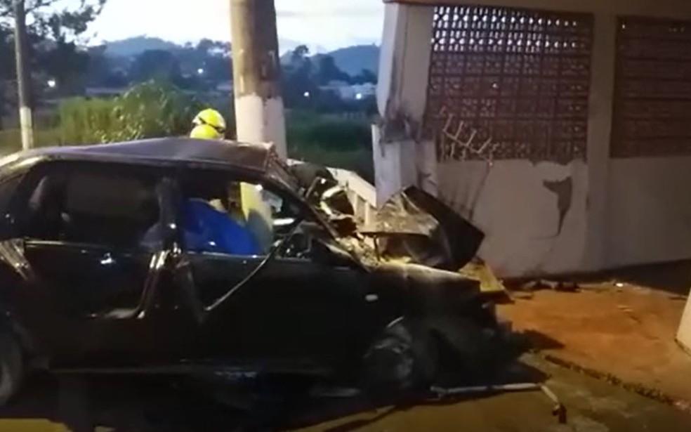 Carro atingiu poste em frente a casa em Lambari — Foto: Alô Alô Cidade