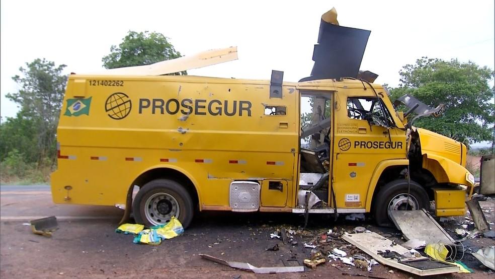 Carro-forte foi atacado por criminosos na BR-153 (Foto: Reprodução/TV Anhanguera)