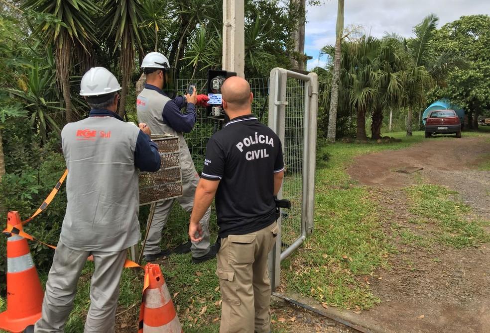 Polícia indica que ligações clandestinas de energia tinham como objetivo a diminuição na conta de luz. Três homens foram presos na ação (Foto: Divulgação/Polícia Civil)