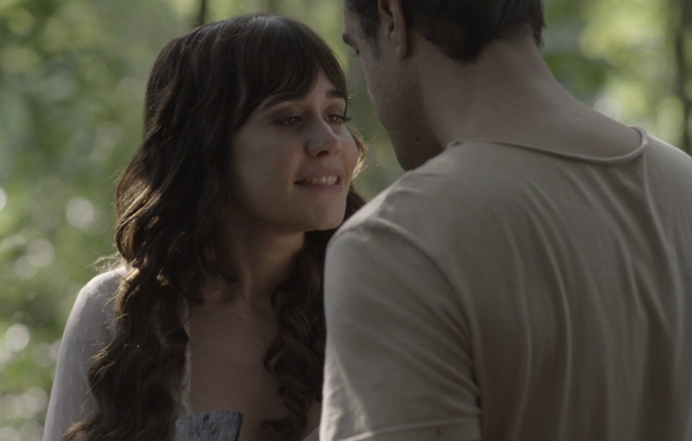 Susana até consegue sair do bangalô, mas acaba sendo vista por Olegário (Foto: TV Globo)