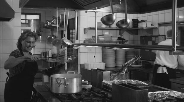 Vera Damaso na cozinha do Zeffiro. Negócio fatura R$ 3 milhões por ano (Foto: Helena Wolfenson)