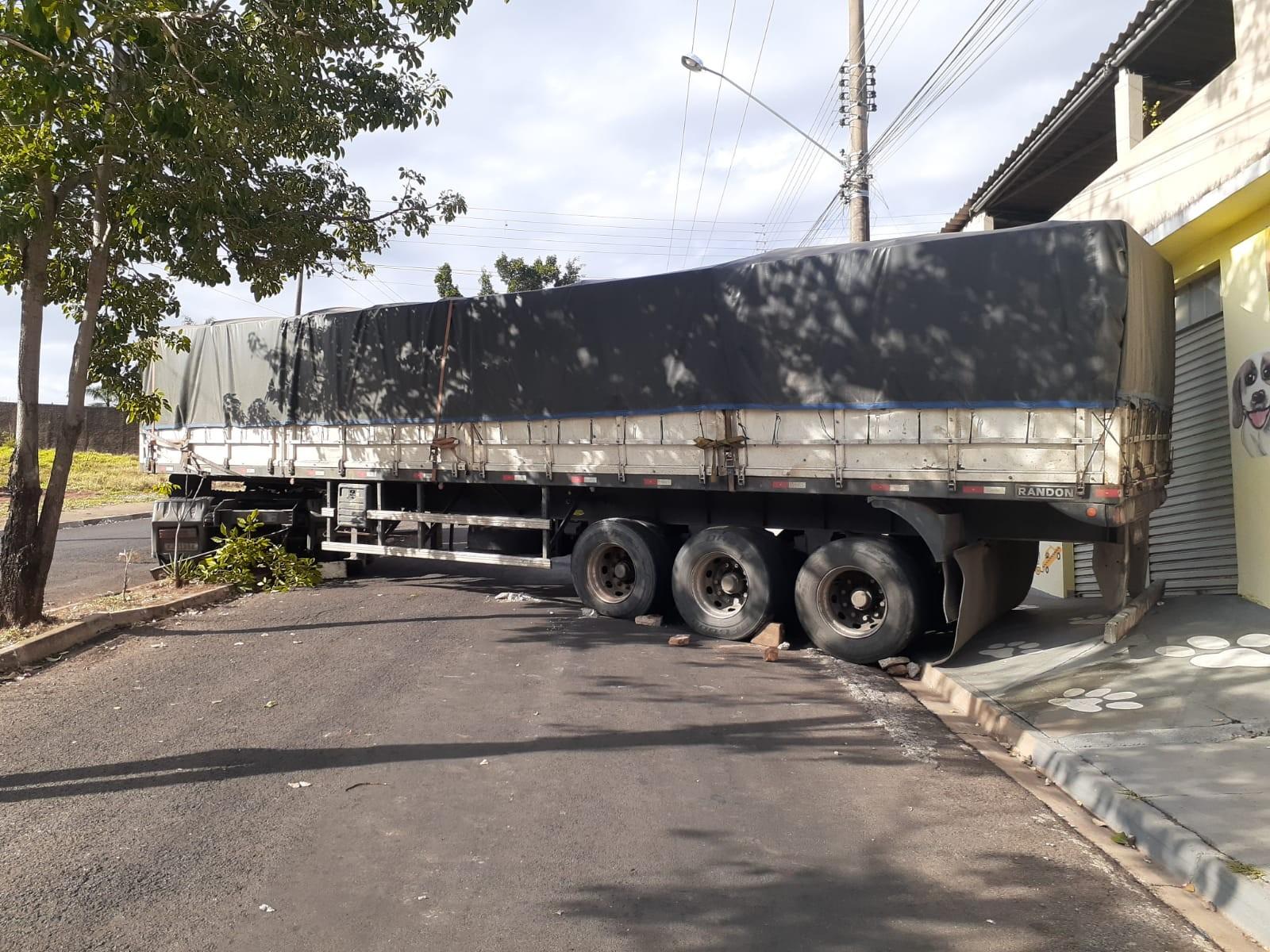 Carreta tem problemas mecânicos e causa interrupção de trânsito na Avenida Juscelino Kubitschek