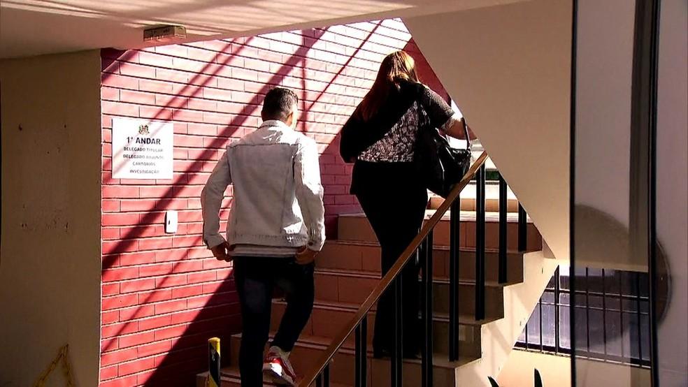 Porteiro do prédio onde Najila mora chega à delegacia para prestar depoimento â?? Foto: GloboNews/Reprodução