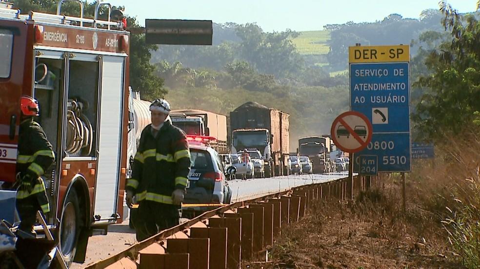 Acidente fatal interditou a Rodovia Deputado Cunha Bueno em Pradópolis, SP, no último domingo (23). — Foto: Ronaldo Gomes/EPTV