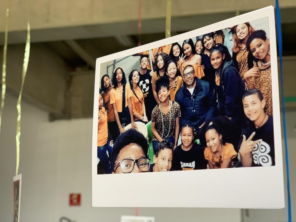 Alunos do projeto 'Eu posso ser poeta', de Lidiane Lima, uma das vencedoras do prêmio Educador Nota 10: aprender sobre cultura e história afro-brasileira muda a auto-imagem dos alunos. — Foto: Nidiacris Ribeiro/Trupe Filmes