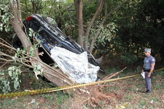 Motorista de 29 anos morre após capotar e bater contra árvore em Matão - Notícias - Plantão Diário
