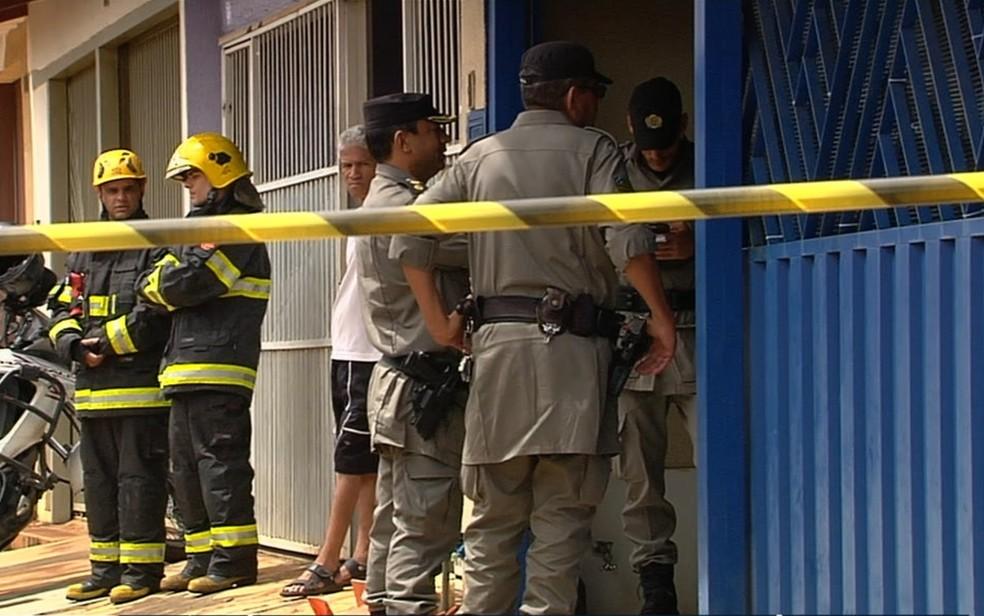 Corpo da criança foi encontrado carbonizado no quintal da casa; mãe foi presa — Foto: TV Anhanguera/Reprodução