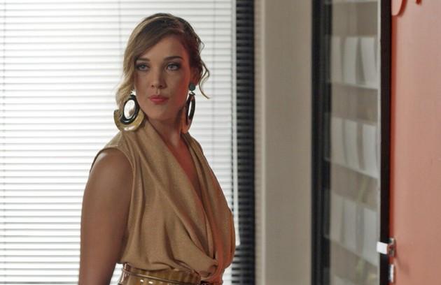 Na sexta-feira (7), Lorena (Adriana Birolli) anuncia que é a nova diretora de redação da Totalmente Demais (Foto: TV Globo)