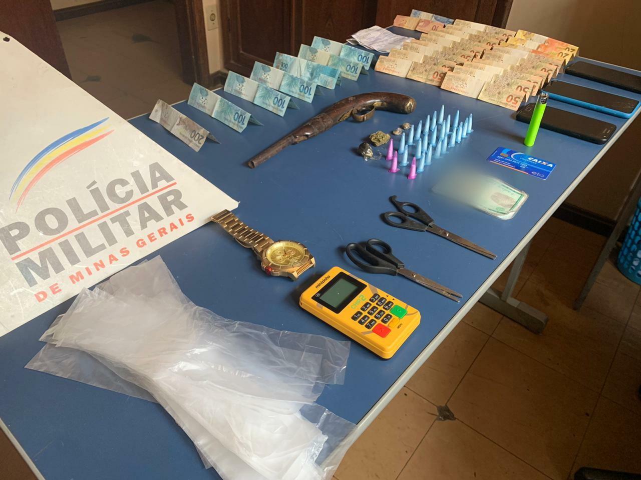 PM apreende cocaína, maconha e haxixe durante cumprimento de mandado, em Felixlândia