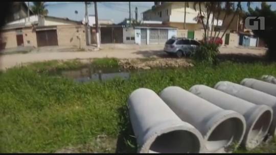 Moradores compram tubos de esgoto do próprio bolso em Guarujá, SP