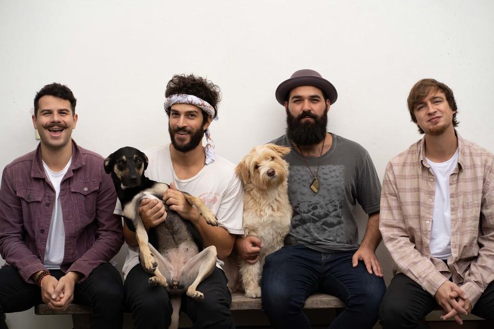 Deco, Conrado, Julio e Tito com as cachorinhas Mia e Pipa — Foto: Divulgação