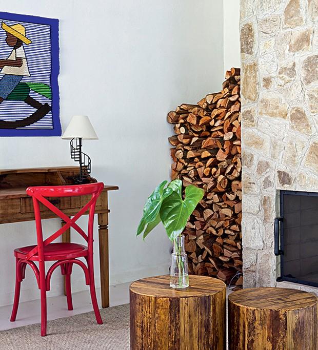 A tapeçaria típica foi feita no ateliê de Laura Ampula, filha da finlandesa Eila, uma famosa artesã de Penedo. Hoje decora a área da escrivaninha na decoração do designer de interiores Gabriel Valdivieso (Foto: Lufe Gomes/Casa e Jardim)