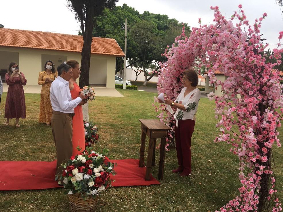 Casamento contou com a presença de idosos e funcionários do lar em Cerquilho — Foto: Lar São José/Divulgação