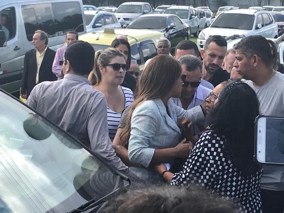 Flordelis chega ao enterro do marido, Pastor Anderson do Carmo — Foto: Alba Valéria Mendonça/G1
