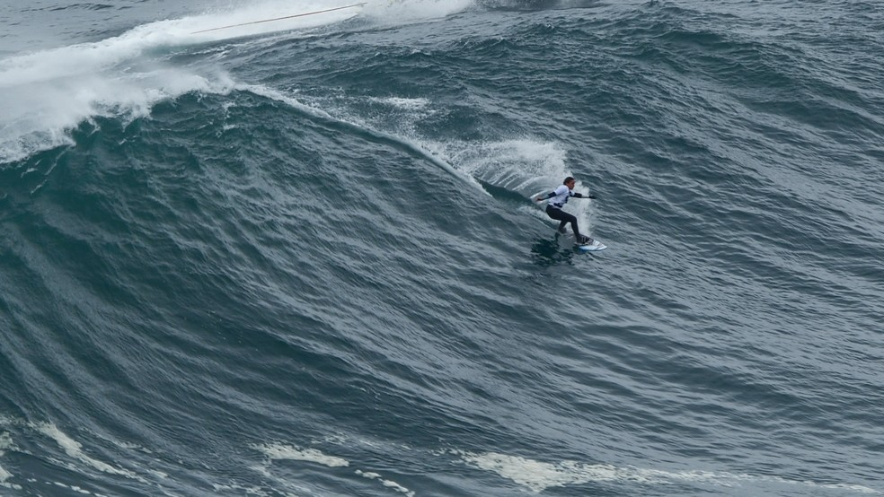 Michelle des Buillons foi a primeira mulher a participar do Gigantes de Nazaré — Foto: Heavy Water