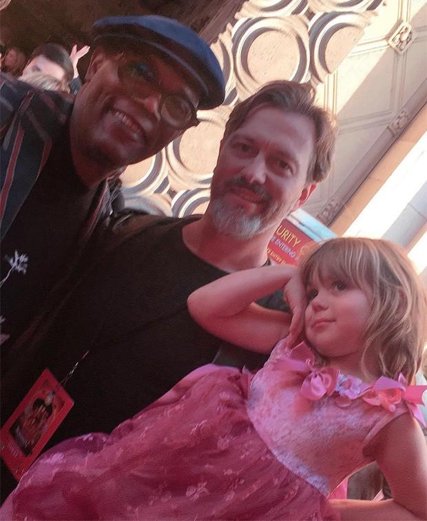 O cineasta Kyle Newman, marido de Jaime King, com o filho James e o ator Samuel L. Jackson (Foto: Reprodução/Instagram)