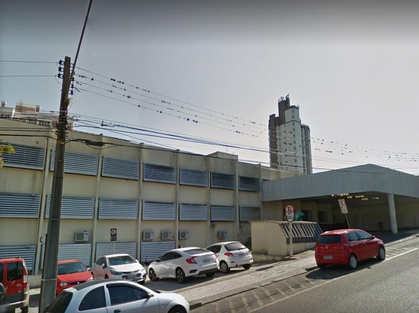 Jovem vai até casa do ex, quebra janelas e o atinge com facada no tórax em Ponta Grossa, diz polícia