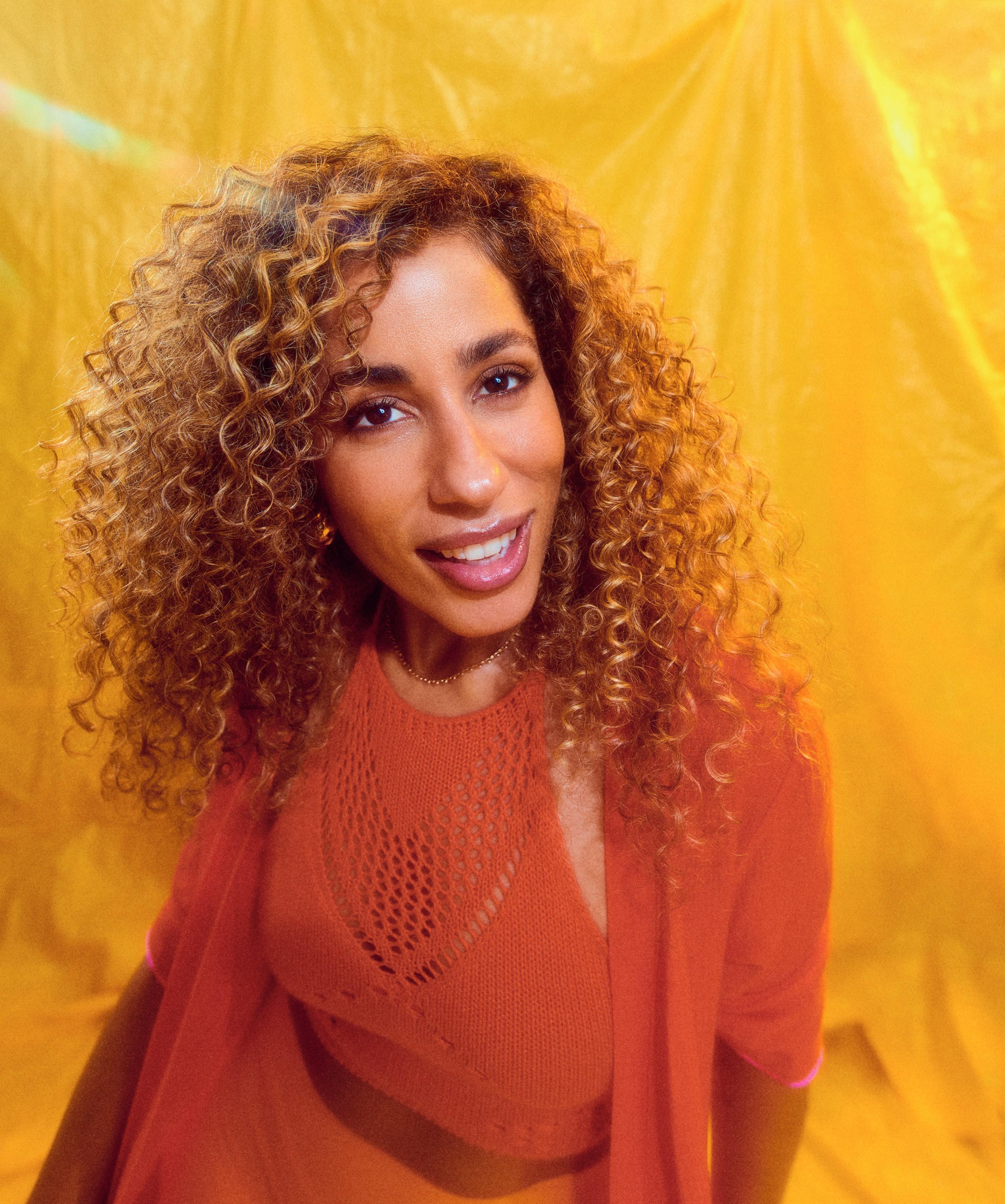 Marcia Castro irradia axé no clima solar do single 'Ver a maravilha'