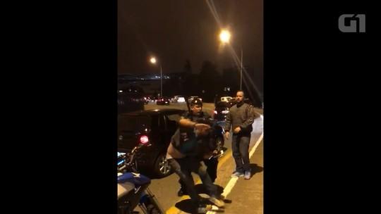 Protesto de motoristas da Uber termina em confusão com guardas municipais e uma pessoa é detida; veja vídeo da discussão