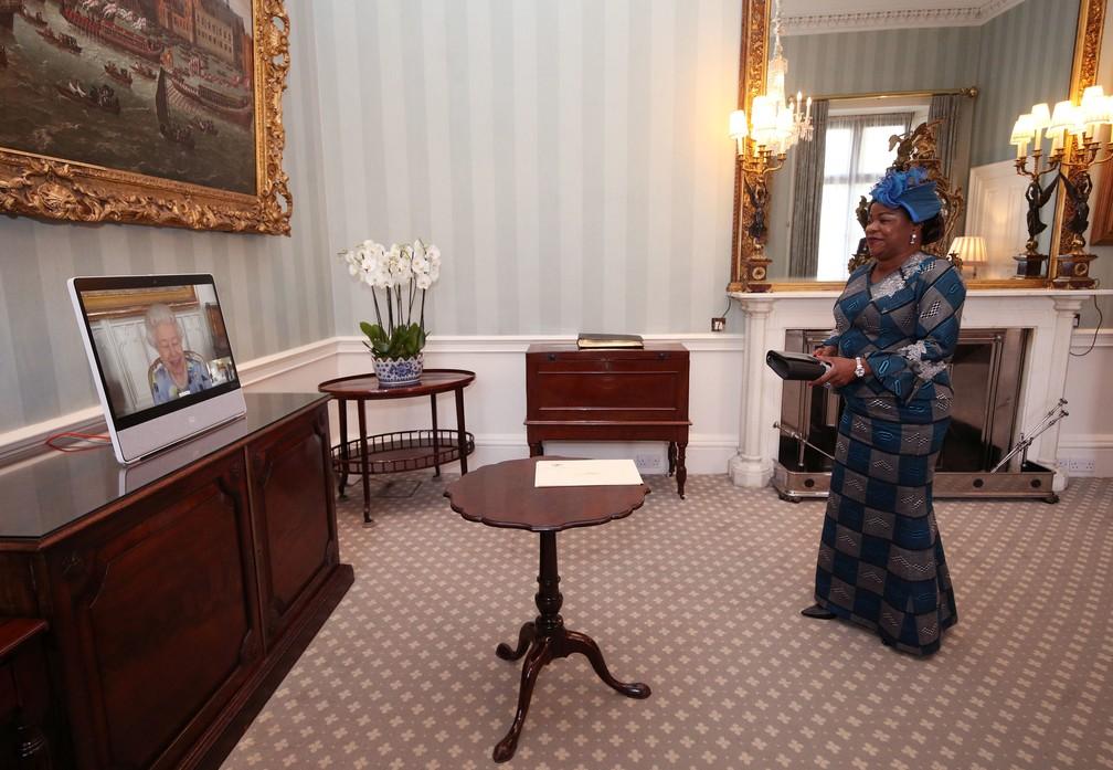 Sara Affoue Amani, embaixadora da Costa do Marfim no Reino Unido, apresenta credenciais à rainha Elizabeth II — Foto: Yui Mok/Pool/Reuters