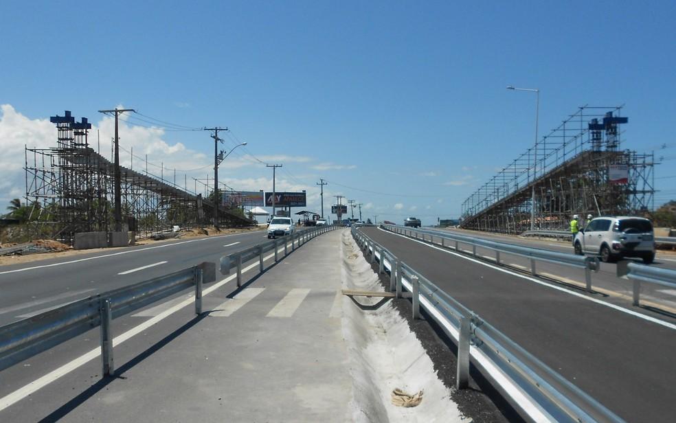 Montagem de passarela vai bloquear tráfego temporariamente na Estrada do Coco (Foto: Divulgação)